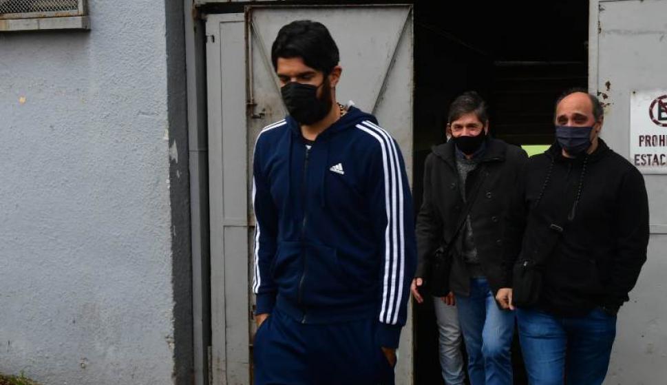 Sebastián Abreu saliendo del Estadio Centenario tras hacerse el test de Covid-19. Foto: Francisco Flores.