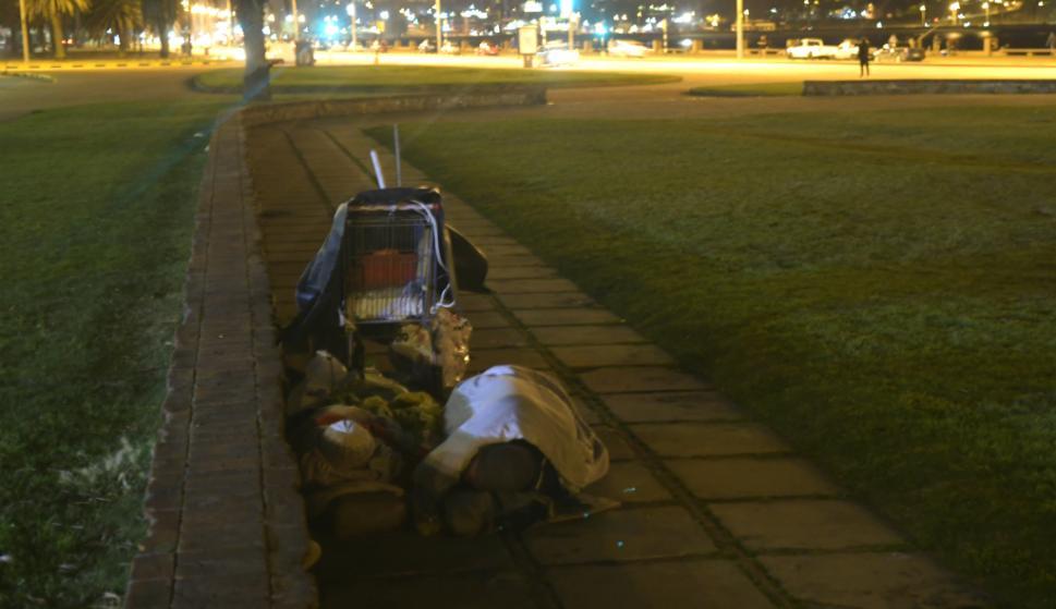Anoche, dos personas durmiendo en el barrio de Palermo. El Ministerio del Interior coordinará acciones con el Mides. Foto: Gerardo Pérez
