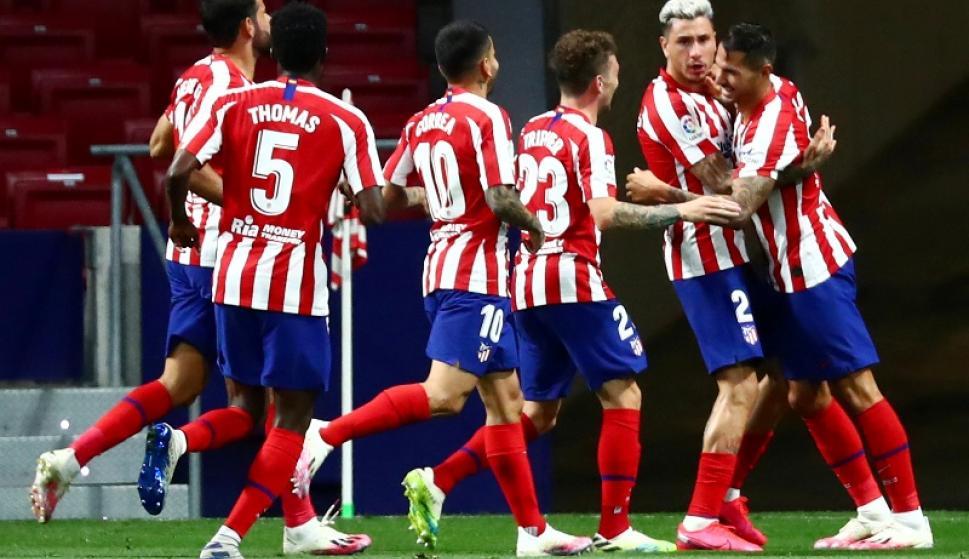 """""""Josema"""" Giménez celebra junto a sus compañeros el gol del triunfo del Atlético. Foto: Reuters."""