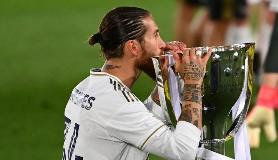 Sergio Ramos celebra el titulo del Real Madrid con el trofeo. Foto: AFP.