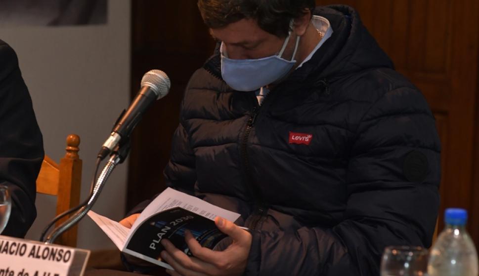 """Ignacio Alonso repasa el """"Plan 2030"""" que le fue entregado por Ricardo Lombardo, presidente de CAFO. Foto: Leonardo Mainé."""