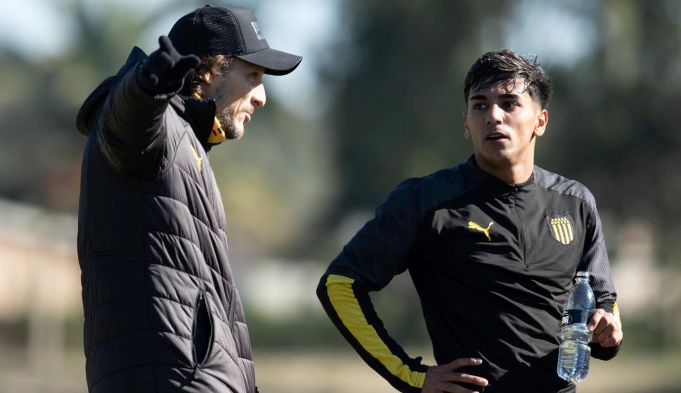 Diego Forlán y Facundo Torres. Foto: @OficialCAP.