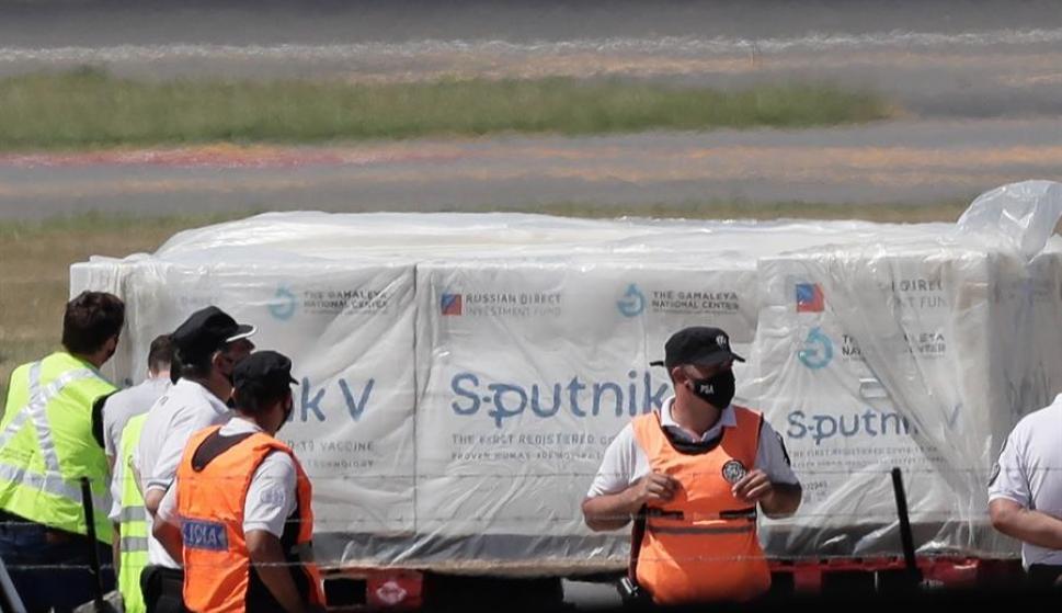 Argentina: arribaron en un avión las primeras 300 mil dosis de la vacuna rusa - 24/12/2020 - EL PAÍS Uruguay