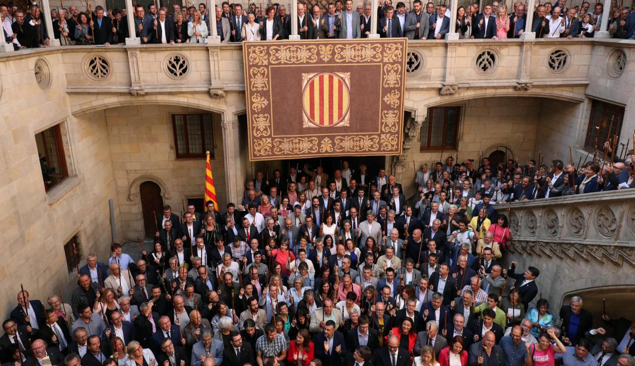 Los alcaldes que decidieron desoír al gobierno español, reunidos en Barcelona. Foto: Reuters.