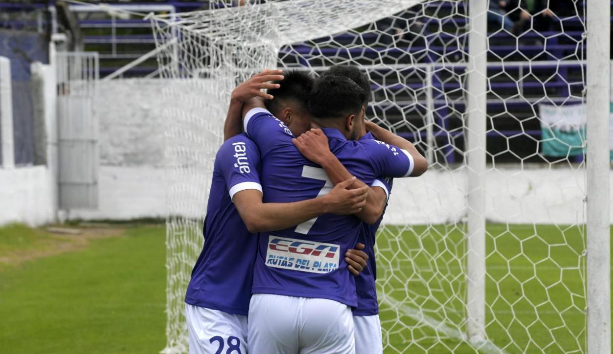 Defensor Sporting goleó a Racing en el Franzini por séptima fecha del Torneo Clausura. Foto: Marcelo Bonjour / El País.