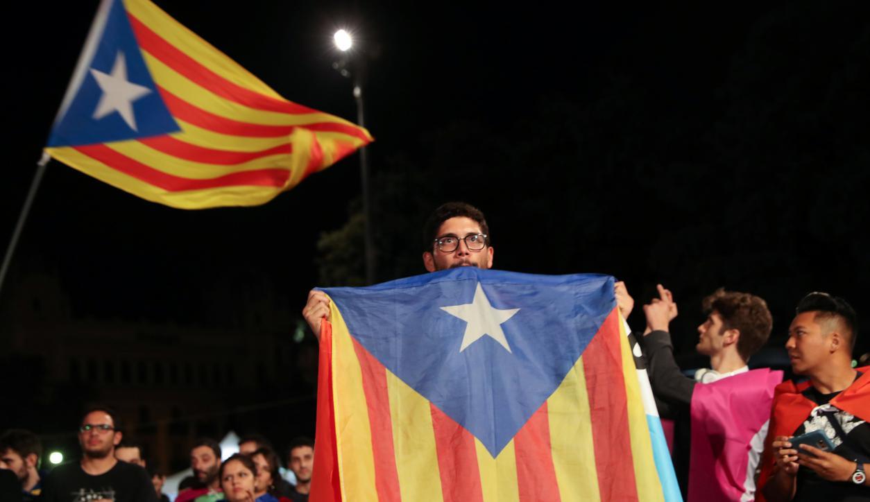 Miles protestan en la Plaza Cataluña de Barcelona. Foto: Reuters