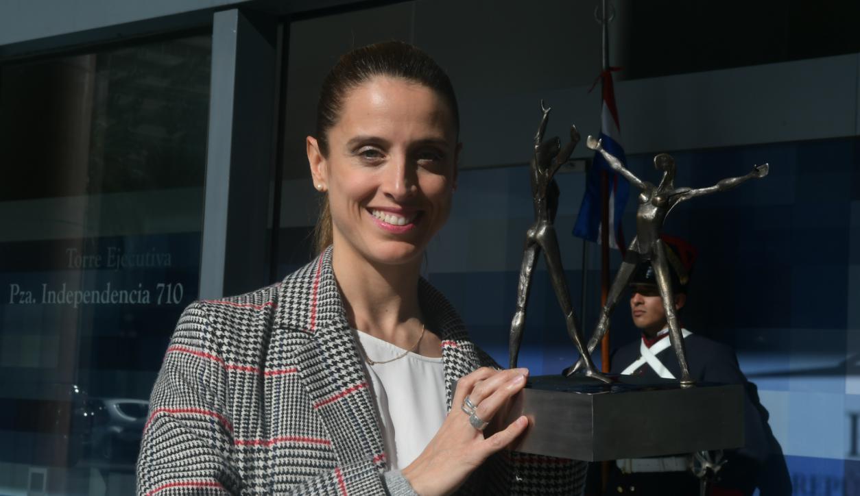 María Noel riccetto con su premio Benois de la Danse, en junio de este año. Foto: Ariel Colmegna.