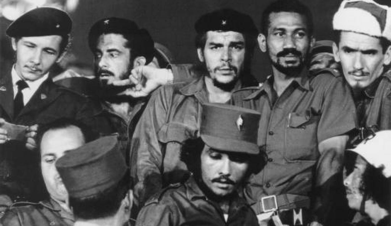 El Che y Raúl Castro en una fotografía tomada a un año de la revolución cubana. Foto: AFP