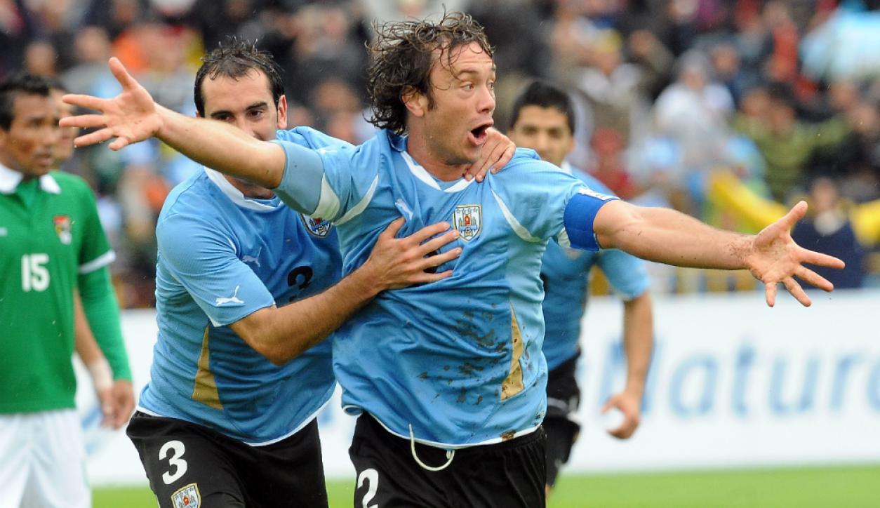 Diego Lugano festeja junto a Godín uno de sus dos goles a Bolivia en 2011. Foto: Archivo El País