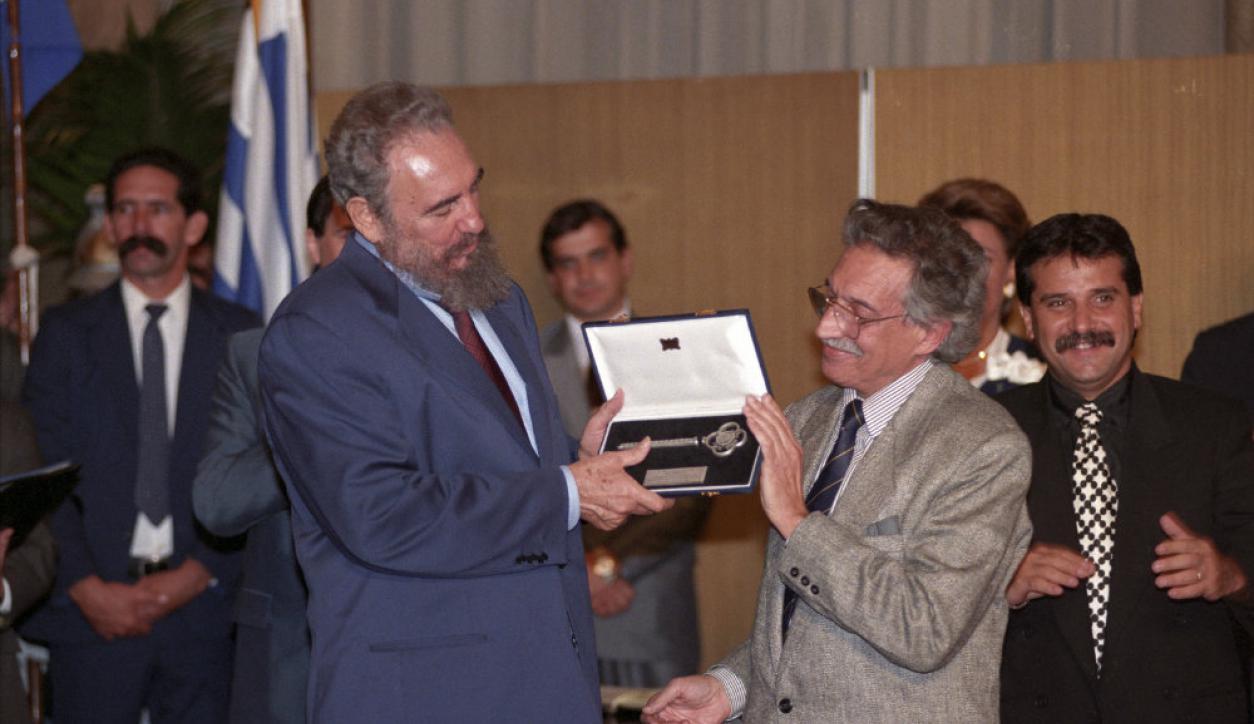 El entonces intendente Mariano Arana le entrega las llaves de Montevideo a Fidel Castro. Foto: José Luis Bello