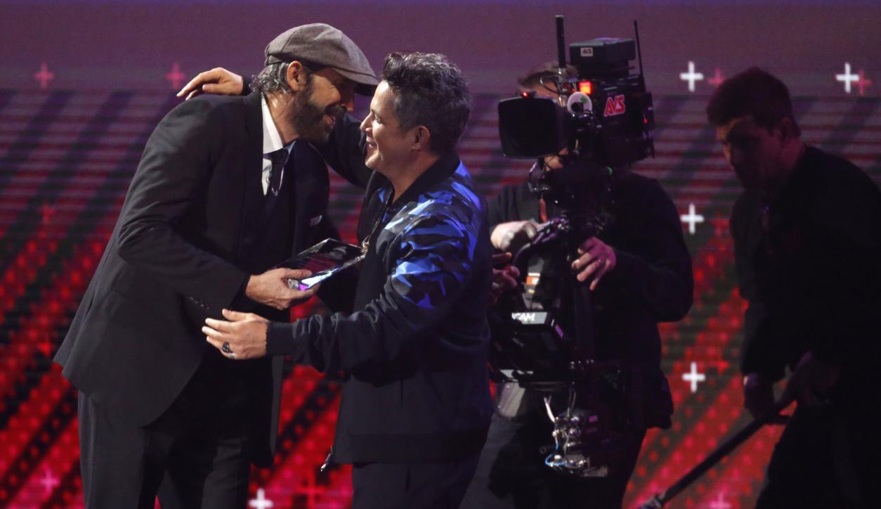 Juan Luis Guerra felicita a la Personalidad del Año, Alejandro Sanz. Foto: Reuters