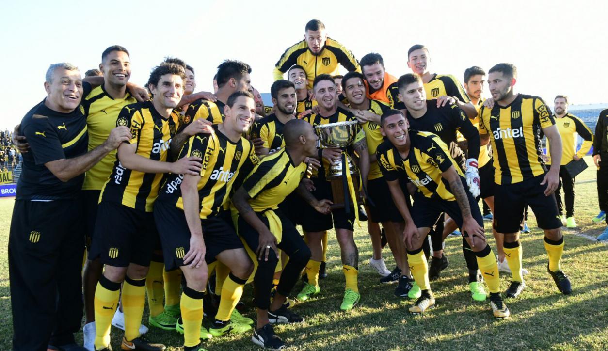 Peñarol levantó la copa del Torneo Clausura en el Cerro. Foto: Marcelo Bonjour