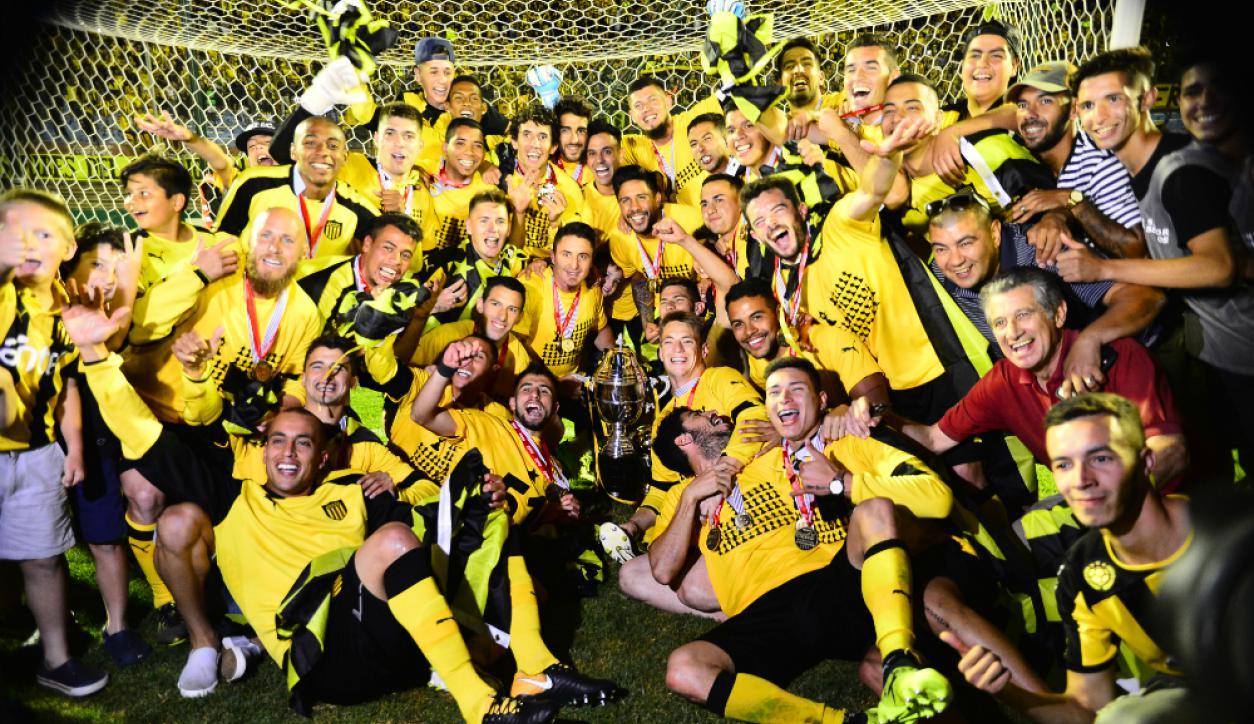 Peñarol festejó un nuevo campeonato y desató la locura aurinegra en el Centenario. Foto: Gerardo Pérez