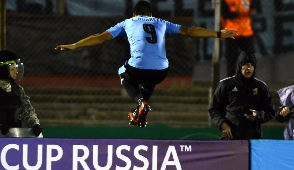 Luis Suárez y un salto mundial. Foto: Fernando Ponzetto
