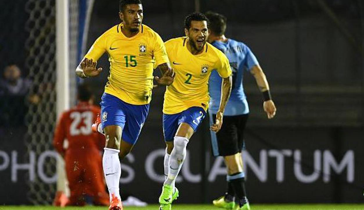 Paulinho celebra uno de sus goles ante Uruguay en el Centenario. Foto: Ariel Colmegna