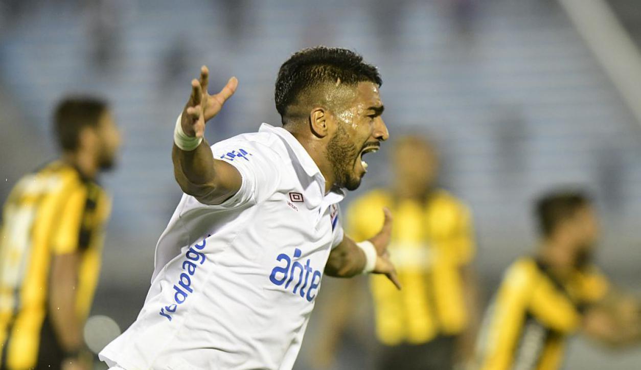 Rodrigo Aguirre y su grito desenfrenado de gol en el clásico. Foto: Marcelo Bonjour