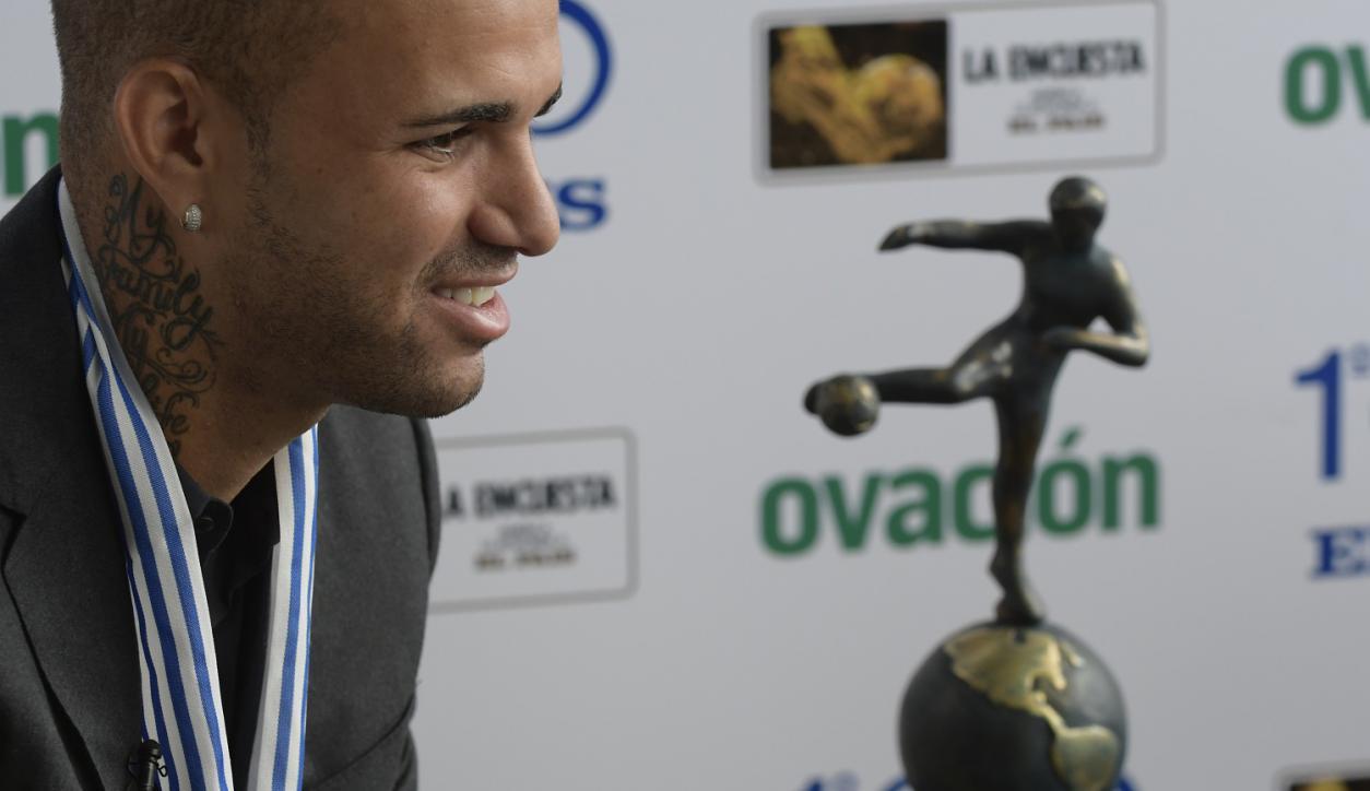 Luan entrevistado al recibir el premio a mejor de América por El País. Foto: Darwin Borrelli
