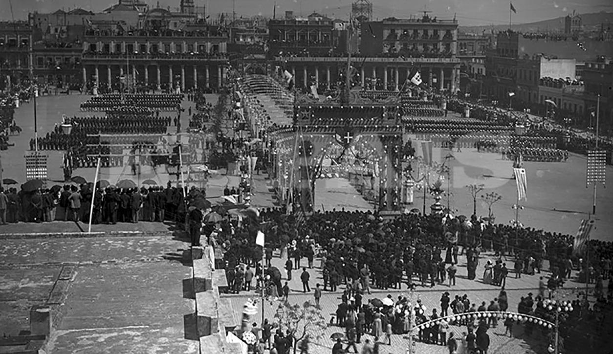 La Plaza Independencia en 1892, engalanada para los festejos por el cuarto centenario del descubrimiento de América.Abundan los paraguas, usados a manera de sombrillas