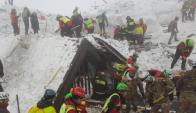 Bomberos buscan sobrevivientes debajo de los escombros. Foto: EFE