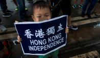 Un niño sostiene un cartel que pide independencia para Hong Kong, al cumplirse dos décadas del retorno a China. Foto: Efe.