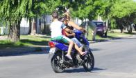 Normativas de tránsito prohíbe circular en moto a chicos que no llegan al posapiés. Foto: D. Borrelli