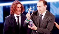 Juan Carlos De la Cuesta recibió el premio Fair Play de Carles Puyol. Foto: Reuters