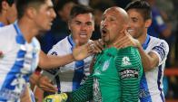 """El """"Conejo"""" Omar Pérez festeja su gol en el Pachuca-Cruz Azul al minuto 93. Foto: EFE"""