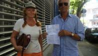 Víctimas: Olaf (77) y Giesela (72), con la denuncia del hecho. Foto: Ariel Colmegna