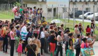 Familiares de reclusos se congregaron en la puerta de la cárcel. Foto: AFP