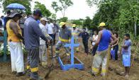 Familiares entierran a una de las víctimas del motín en Manaos. Foto: EFE