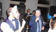 Amado con una máscara de Batlle y Ordoñez escuchando el show del Fata.