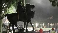 La estatua del general Lee es sacada de una plaza de Baltimore. Foto: Reuters