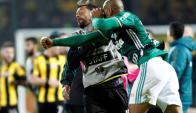 Felipe Melo esperó que Matías Mier se le fuera arriba y tiró el puñetazo. Foto: EFE