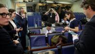 Periodistas de diferentes medios trabajan en la sala de la Casa Blanca. Foto: Reuters