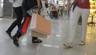 Gran parte de las empresas locales trasladan el costo salarial al precio de venta. Foto: Leonardo Carreño