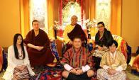 El Karmapa Thaye Dorje junto a Dechen Wangmo y sus padres. Foto: AFP