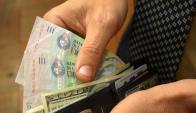 La mayor parte del dinero se destina a las necesidades básicas. Foto: Archivo El País