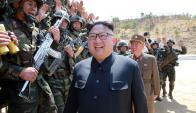 Kim Jong-un es saludado por soldados en una ceremonia para recordar a su abuelo. Foto: AFP