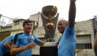 Canobbio y De La Cruz con la Copa en la caravana por 18 de Julio. Foto: Lalocastro2112