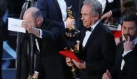 El momento en que muestran la tarjeta correcta con el Oscar a mejor película. Foto: Reuters