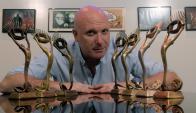 Peti con los Premios Iris que ha cosechado a lo largo de su carrera.