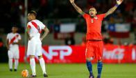 Arturo Vidal en el partido entre Chile y Perú. Foto: EFE