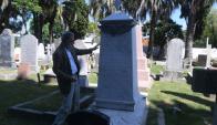 El arquitecto Montemuiño junto a panteón funerario de Stella Lavinia Spencer. Foto: F. Flores