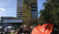 Manifestantes acampan frente a edificio de ASSE. Foto: Nicolás Rodríguez