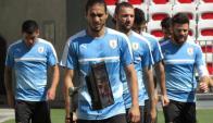 Martín Cáceres encabeza el grupo que se dirige hacia el campo de juego. Foto: @Uruguay