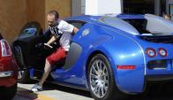 Andres Iniesta descendiendo de su Bugatti Veyron, uno de los autos más caros del mundo.