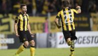 Lucas Hernández y Nahitan Nández festejando el gol de Peñarol. Foto: AFP
