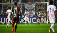 Aguilar llegó por el medio y definió para poner el 3-0 de Cerro Porteño. Foto: Gerardo Pérez