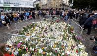 Ciudadanos llevaron flores y velas al centro de Turku, en recuerdo de las víctimas. Foto: Reuters