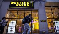 Western Union. En Argentina opera con local propio, en Uruguay a través de agentes.